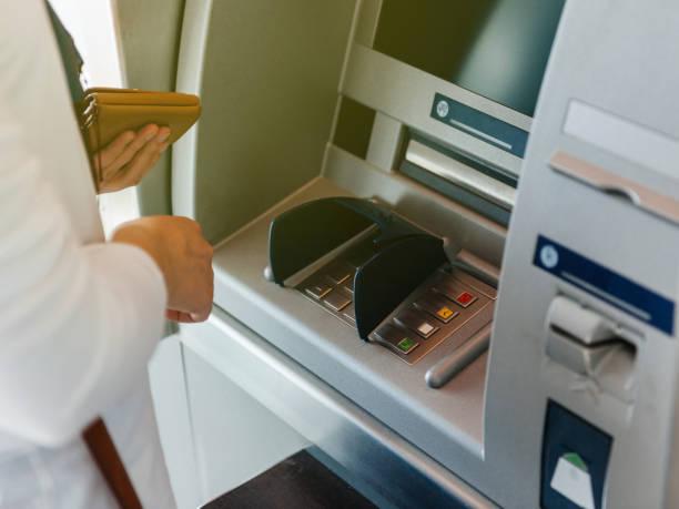 財布を押しを保持している ATM を使って女性の側面図、ピン ストックフォト