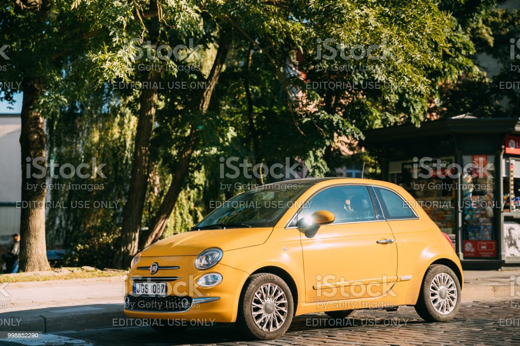 Side View Of Yellow Color Fiat 500 Car Parking On Street - foto stock