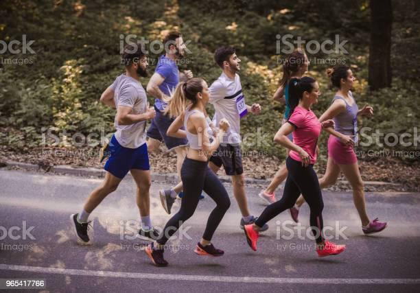 Seitenansicht Der Jungen Athleten Einen Marathon Zu Laufen Auf Einer Straße In Der Natur Stockfoto und mehr Bilder von Aktiver Lebensstil