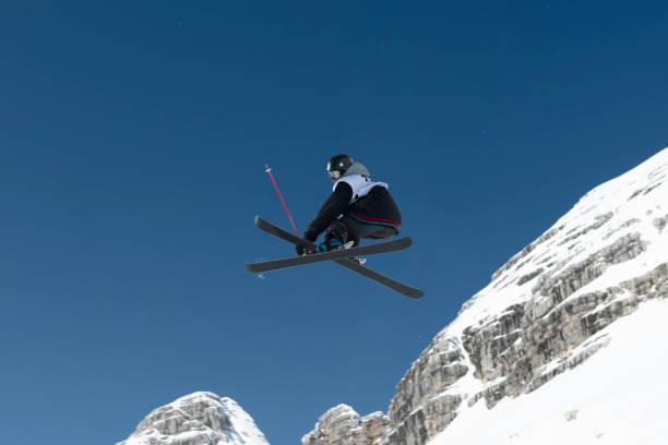 Seitenansicht des jungen Freestyle-Skifahrer üben Big Air – Foto