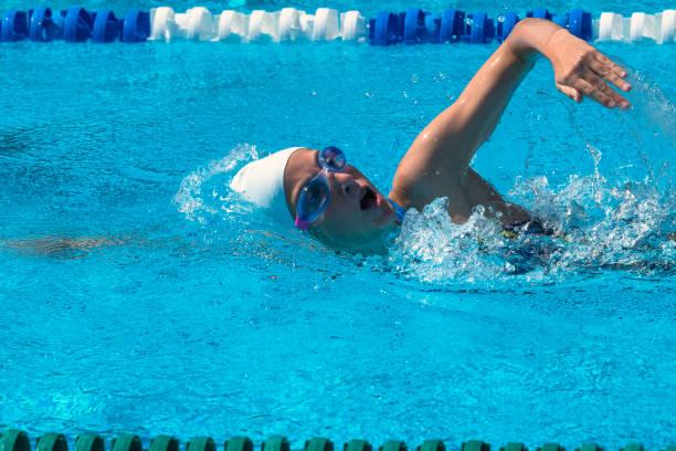 Seite Wiev 13 Jahre alten Teenager Schwimmen Freestyle im freien – Foto