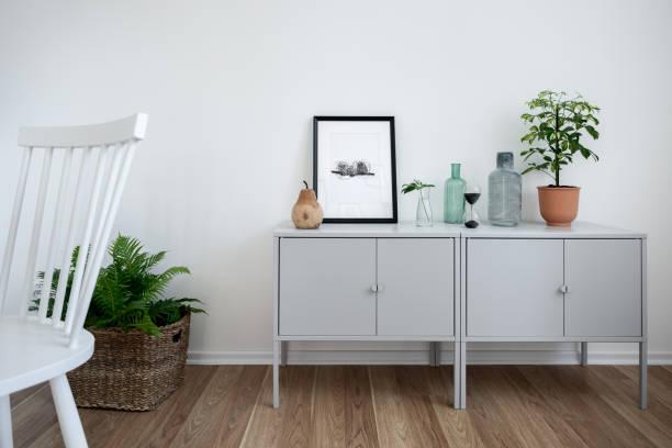 sideboard und weißer stuhl - sideboard skandinavisch stock-fotos und bilder
