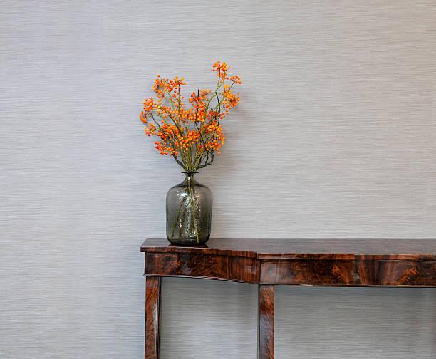 aparador na frente de uma parede cinza com flor jarra - sideboard imagens e fotografias de stock