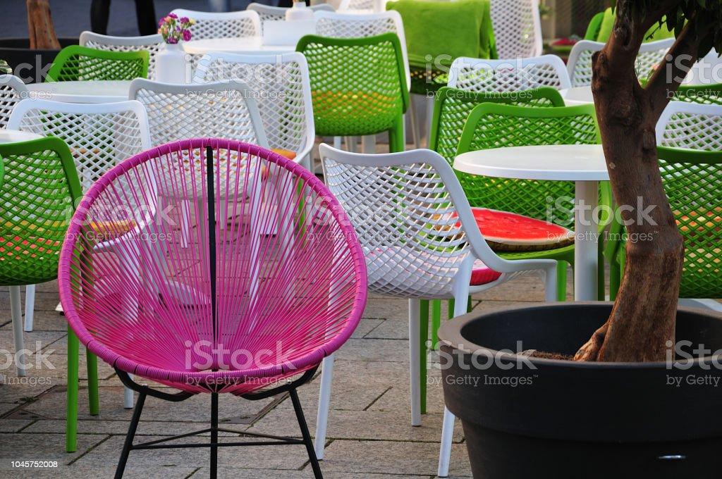 Straßencafé mit Stühlen in frischen Farben – Foto