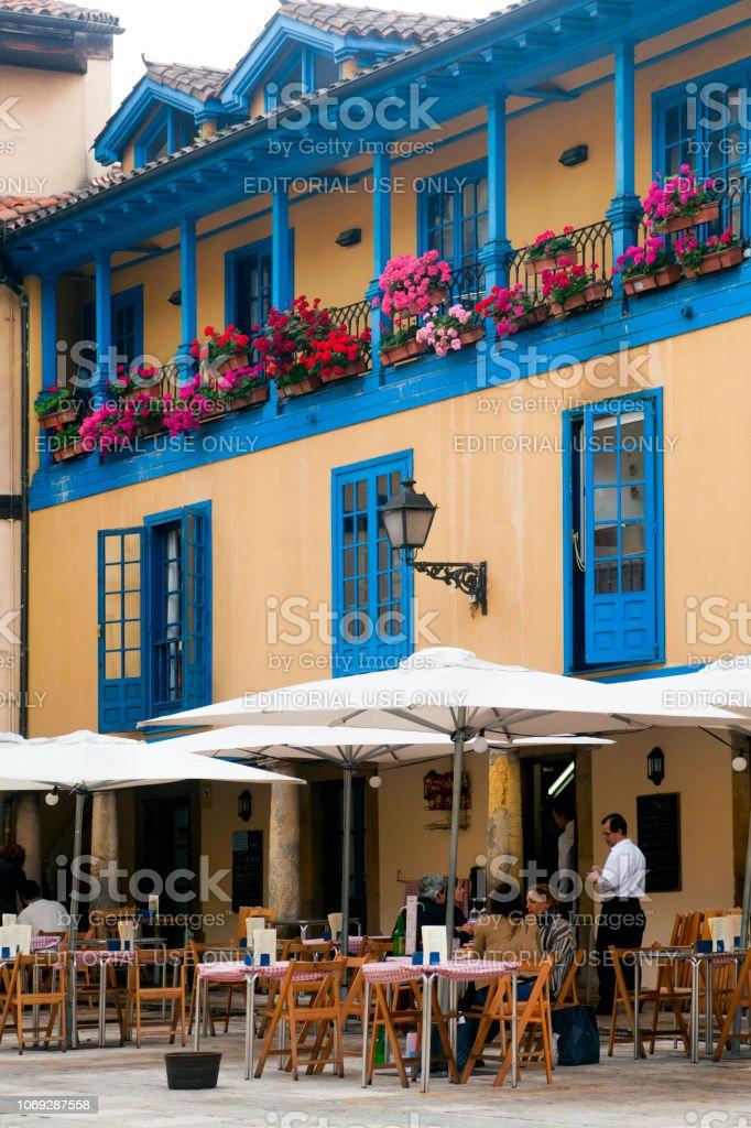 Terraza De Café De Acera Fachada Multicolor Oviedo Asturias