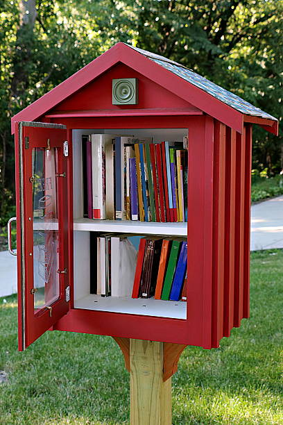 sidewalk library in residential neighborhood - gratuit photos et images de collection