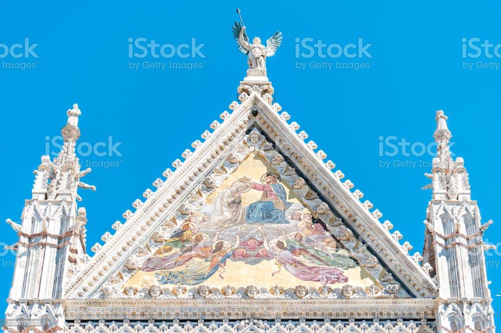 Siena, Italie agrandi de coloré Duomo art d'église cathédrale historique bâtiment italien rue dans le village médiéval de ville ancienne en Toscane au cours de la journée d'été ensoleillée, ciel - Photo