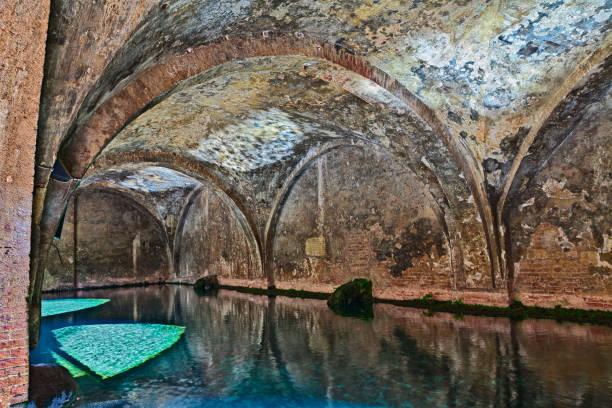 siena, italien: der mittelalterliche brunnen fontebranda - indoor wasserbrunnen stock-fotos und bilder