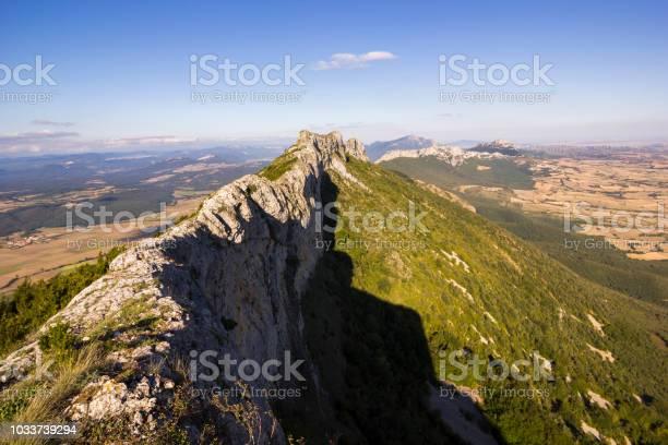 Sierra de la demanda mountain views over the countryside vineyards picture id1033739294?b=1&k=6&m=1033739294&s=612x612&h=hvi0q9wxo5zkzfyy9x3gibeobuez6rakovylwkaixmi=
