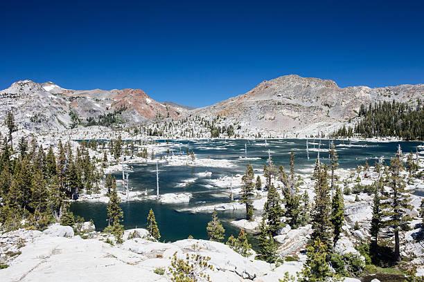 sierra nevada mountains and lake - pacific crest trail stock-fotos und bilder