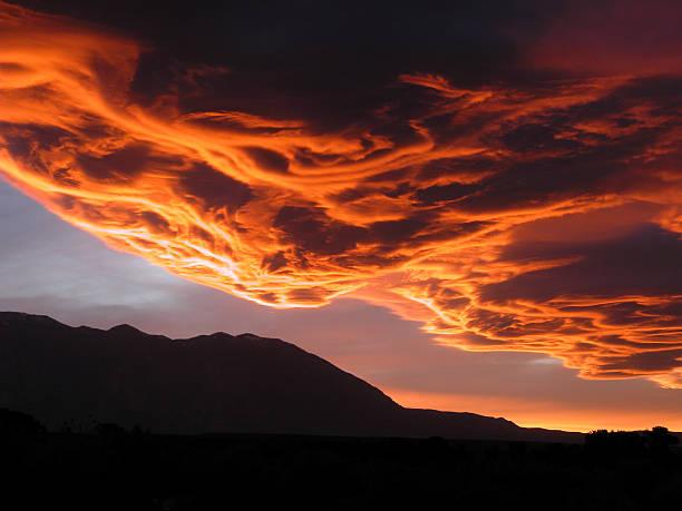 sierra wave wolkenbildung - lenticular stock-fotos und bilder
