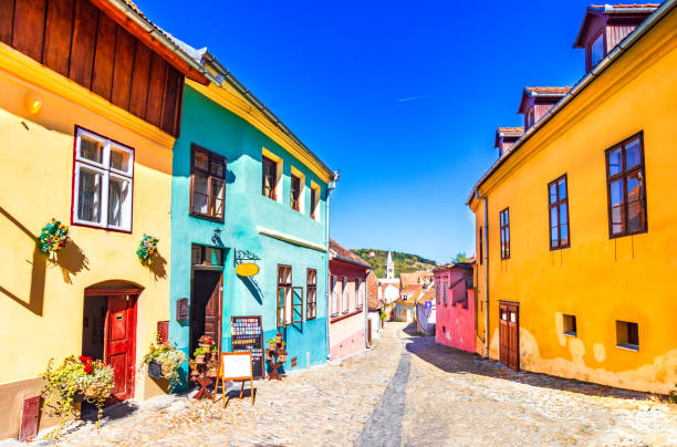 sighisoara, romania: famous stone paved old streets with colorful houses in the medieval city-fortress - romania foto e immagini stock