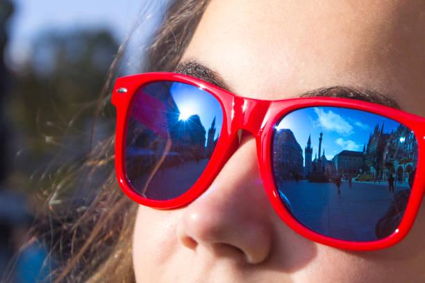 Pontos turísticos da cidade velha, os raios do sol são refletidos em óculos de sol vermelhos, Munique, Alemanha - foto de acervo