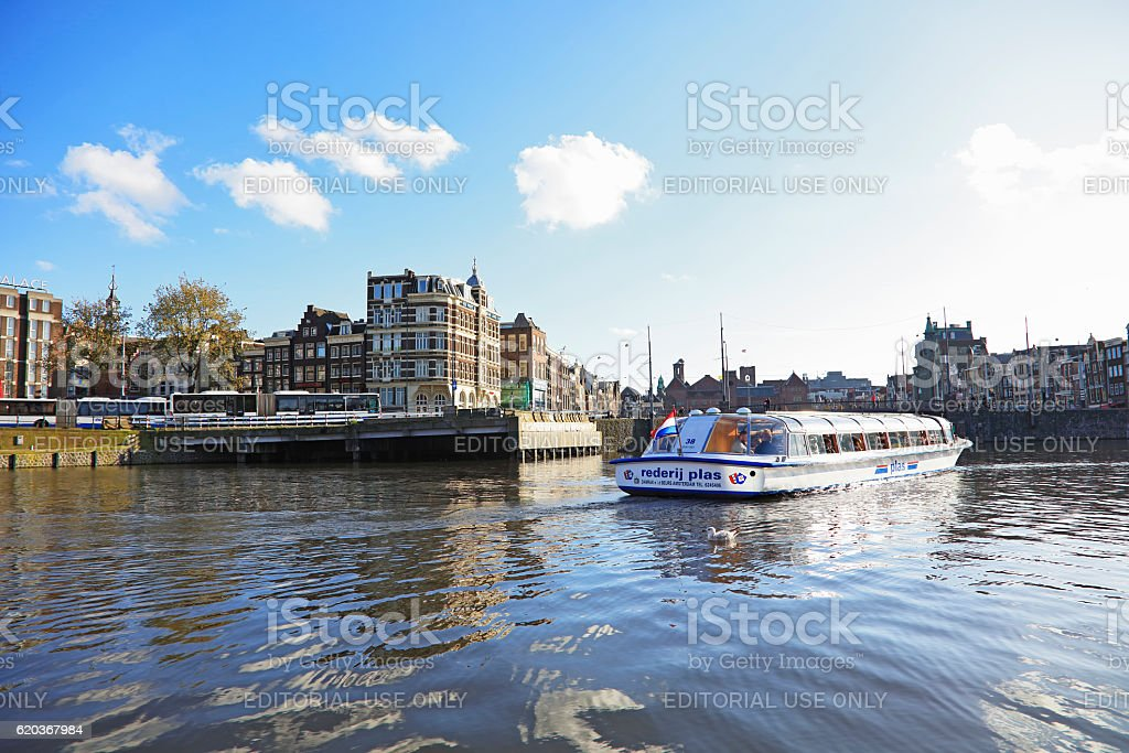 Sightseeing boat in Amsterdam city center , Netherlands foto de stock royalty-free