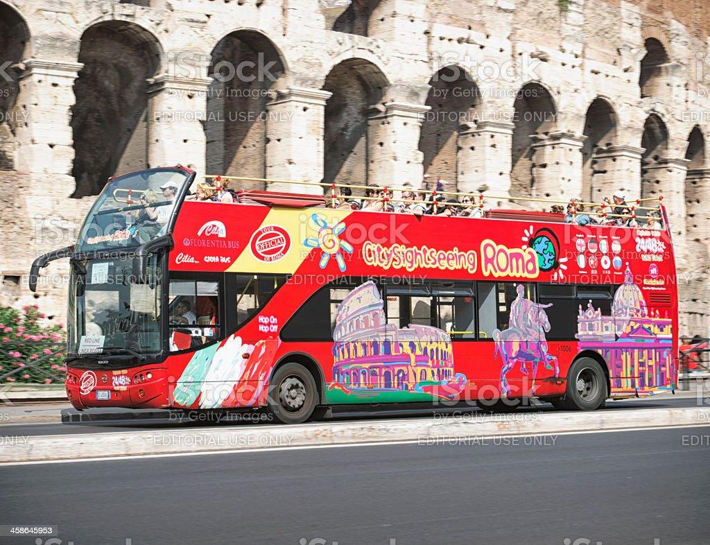 Visita l'autobus passa il Colosseo a Roma - foto stock