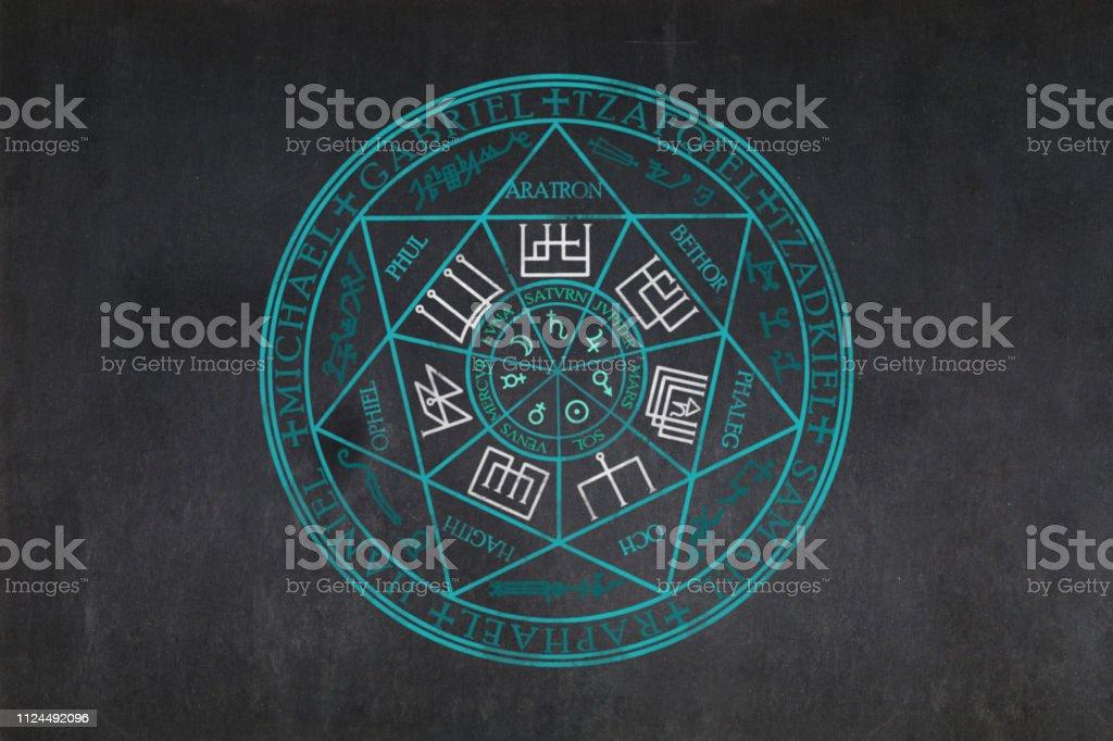 Sello de los siete arcángeles dibujado en una pizarra - foto de stock