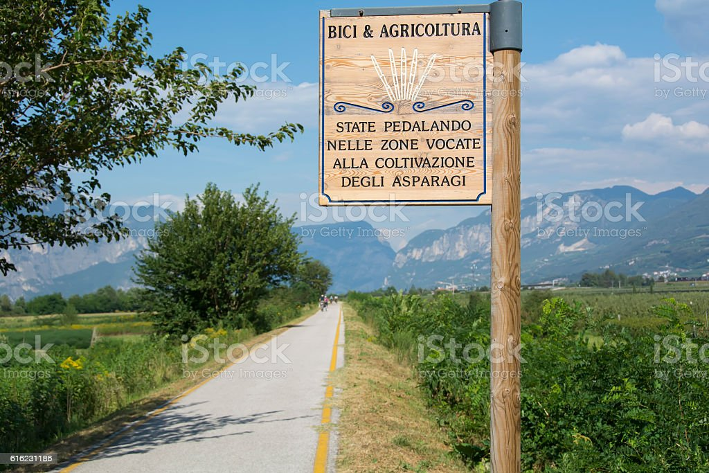 Sign along bicycle road in Italy to promote agriculture – Foto