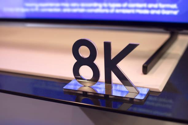 8K HD-Sign und TV auf dem Hintergrund – Foto