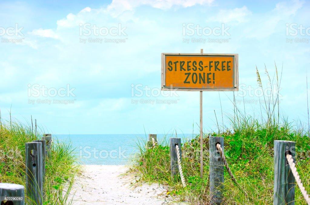 Sinal de zona livre de estresse no caminho da bela praia de oceano - foto de acervo