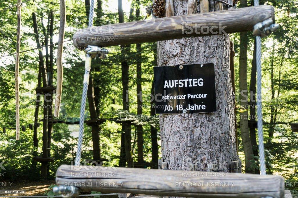Sinal no jardim escalado de Thale com a inscrição: preto parcour, subida permitidos somente a partir de 18 anos em - foto de acervo