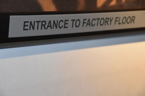 En Skylt Vid Ingången Till Fabriken-foton och fler bilder på Byggnadsexteriör