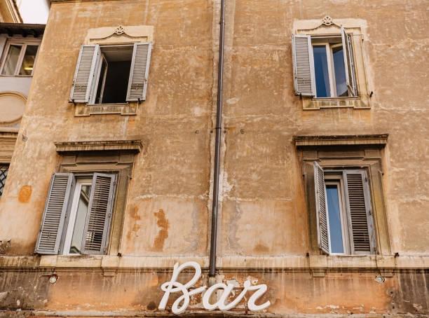 signo Bar en la pared de la casa vieja - foto de stock