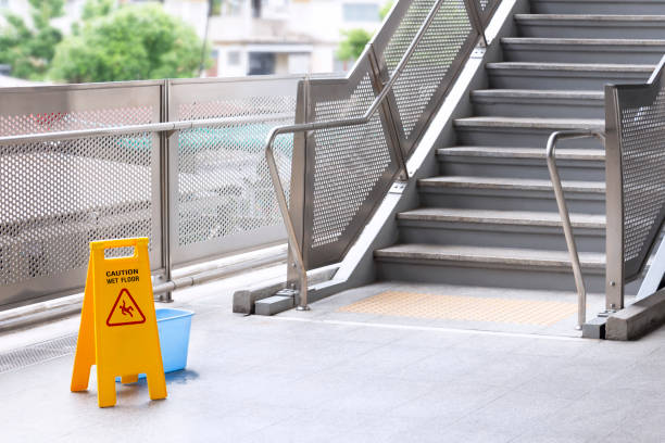 스카이트레인 역의 계단에 젖은 청소용 장비에 주의 경고 를 표시하십시오. 텍스트 주의가 있는 안전 표지판. 스톡 사진
