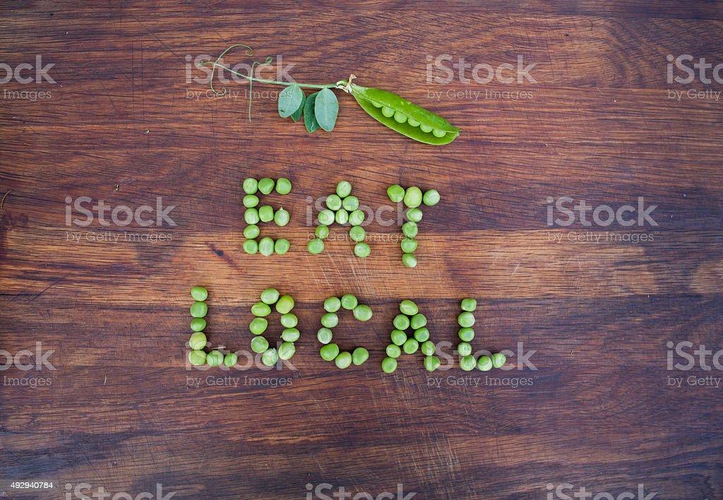 Schild'Essen Einheimischen'aus grünen Erbsen – Foto