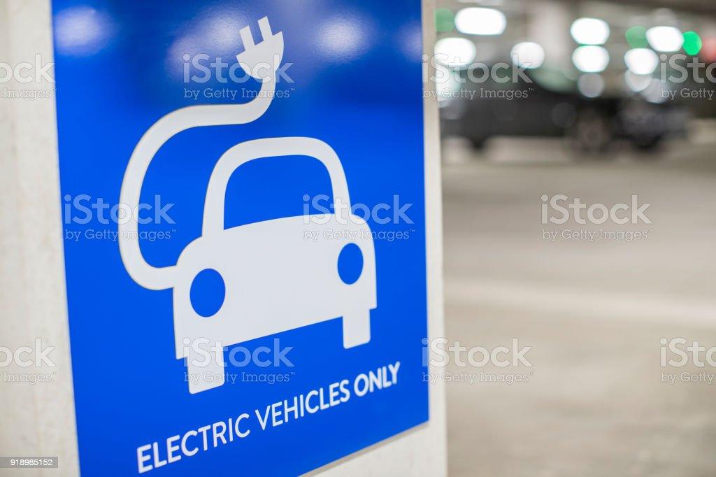 Melden Sie für Punkt im Parkhaus Ladestation für Elektroautos – Foto