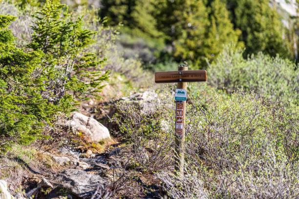 colorado'da 2019 yazında kayalık dağlarda bağımsızlık geçidi'nde trailhead üzerinde linkins gölü iz için işaret - independence day stok fotoğraflar ve resimler