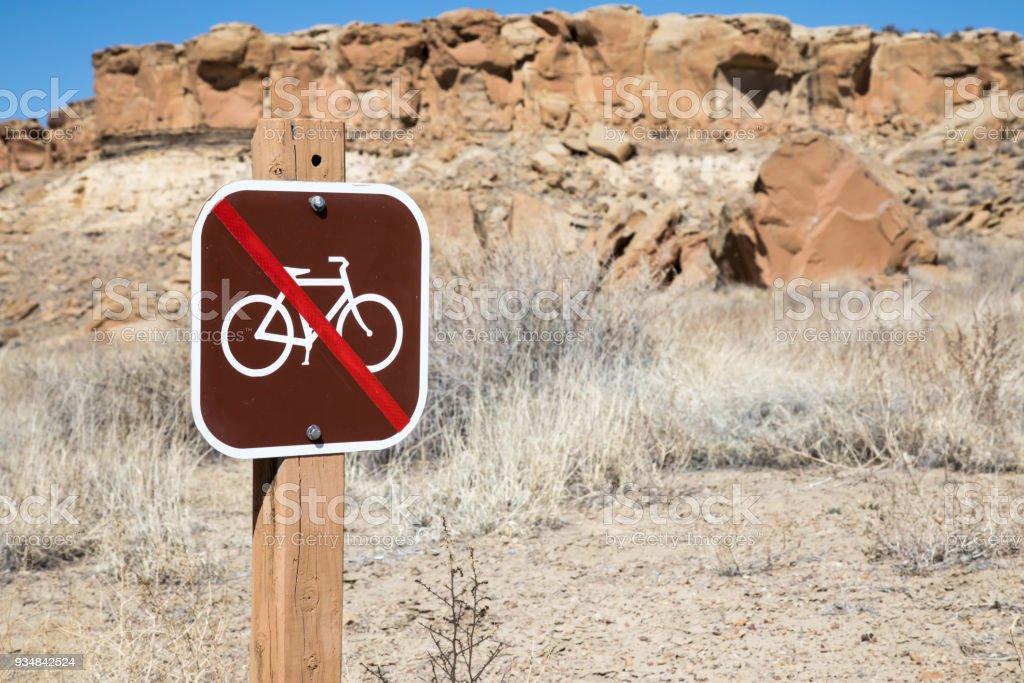 뉴멕시코에 있는 차코 협곡에 아무 자전거에 대 한 서명 - 로열티 프리 0명 스톡 사진