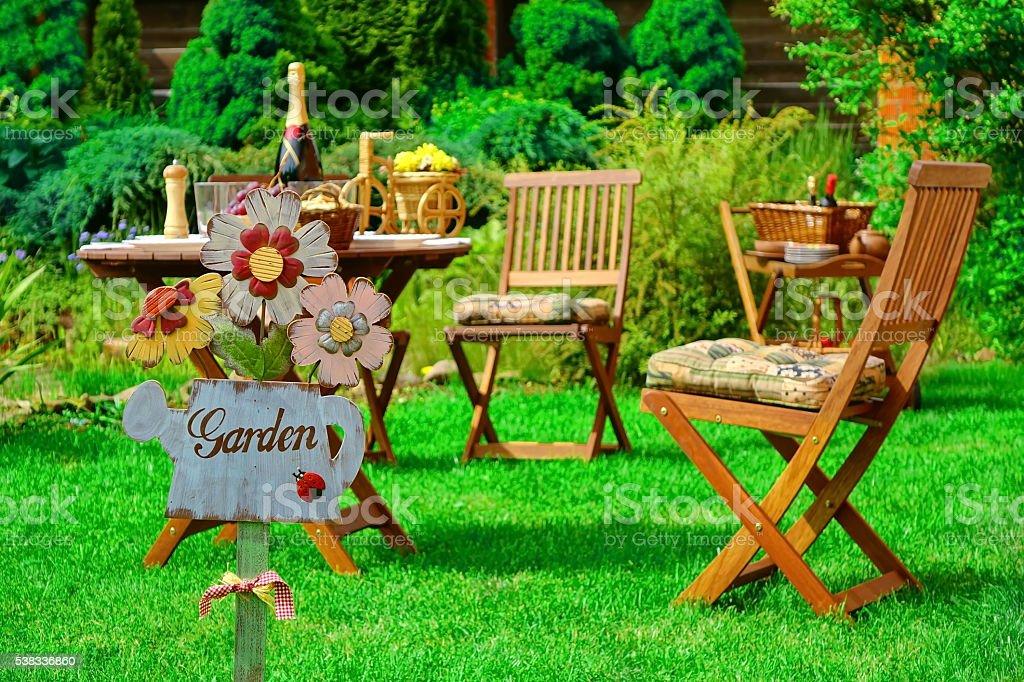 Garten Auf Dem Holzernen Platte Holz Und Mobel Im Freien Stockfoto
