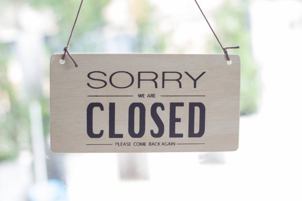 a sign hanging off coffee shop door,close sign blur background,label word close - closed stock photos and pictures