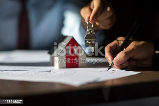 944314580 istock photo Sign here please! 1178918007