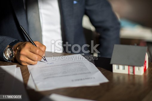 944314580 istock photo Sign here please! 1178920023