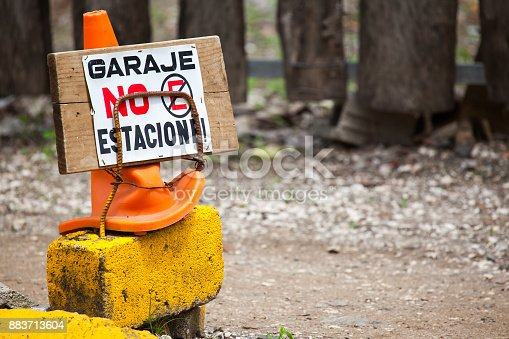 A makeshift sign in Spanish in Costa Rica that says