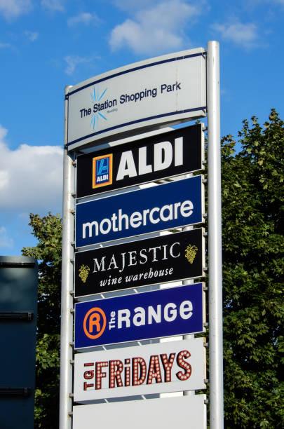 zeichen, die auflistung der geschäfte in der station shopping park - aldi karriere stock-fotos und bilder