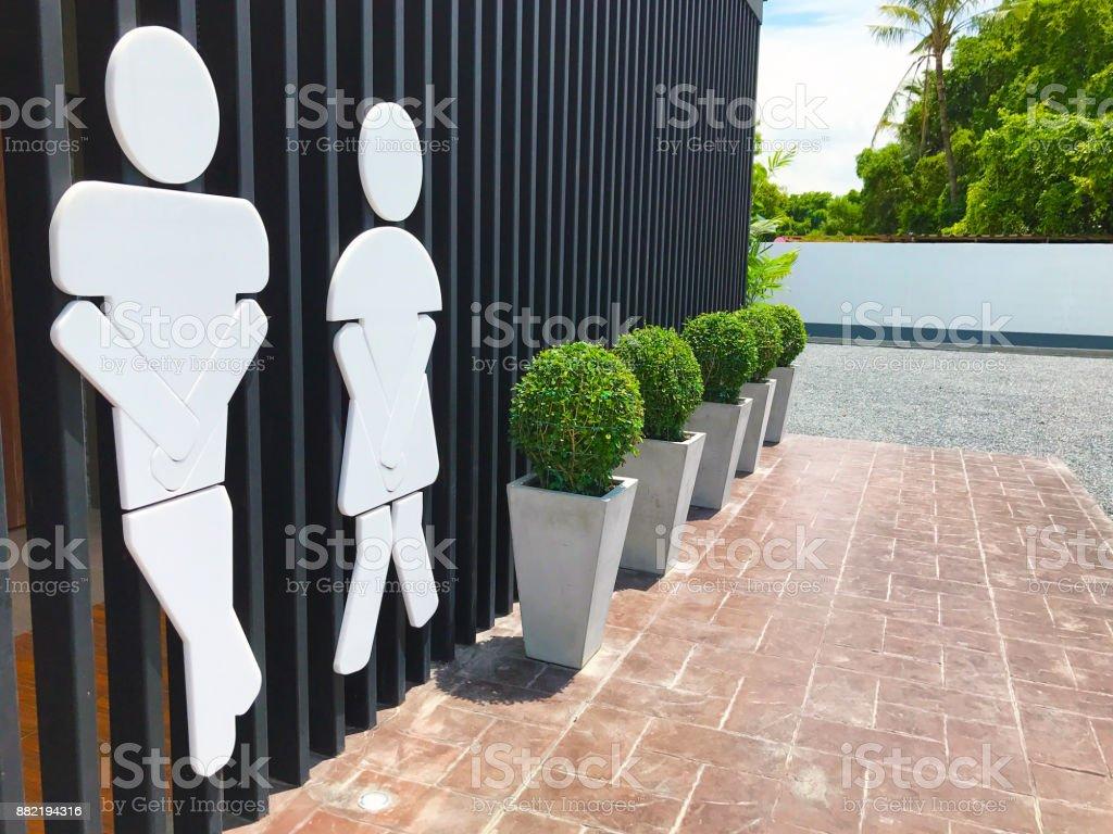 WC Zeichen, Männer und Frauen auf schwarze Holzbrett Hintergrund isoliert. – Foto