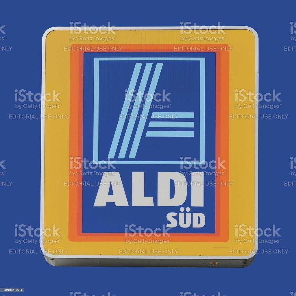 Signo de una tienda ALDI aislado sobre azul - foto de stock