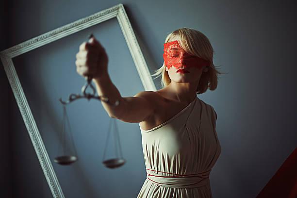 señal de balanzas de la justicia - civil rights fotografías e imágenes de stock