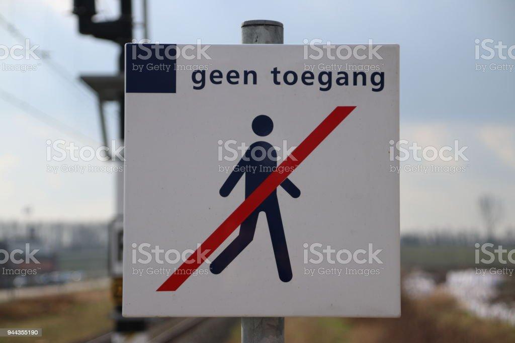 Teken van geen verboden terrein voor mensen op het einde van het platform in station waddinxveen Triangel in Nederland foto