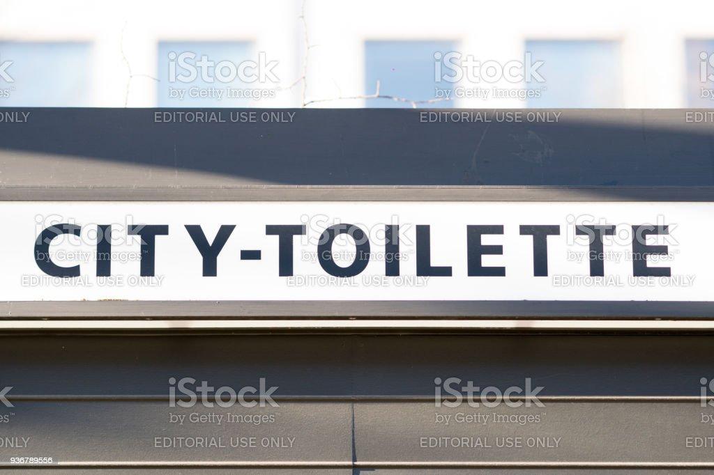 Zeichen für öffentliche toilette – Foto