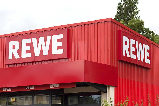 schild von rewe supermarkt - rewe germany stock-fotos und bilder