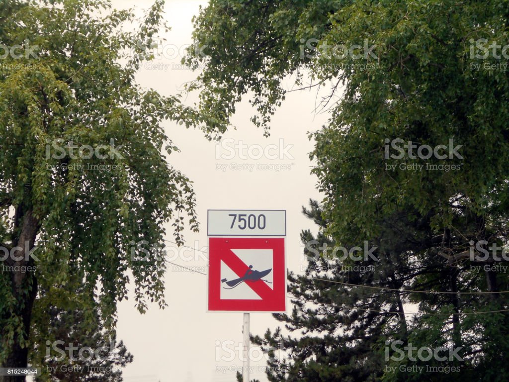 Sinal da proibição de barcos em alta velocidade - foto de acervo