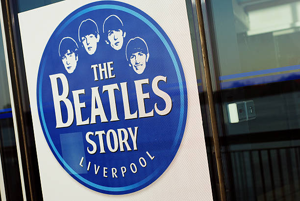 schild des the beatles story museum in liverpool - beatles band stock-fotos und bilder