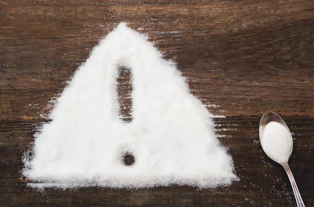 zeichen der warnung aufmerksam gemacht kristallzucker - zuckerfreie lebensmittel stock-fotos und bilder