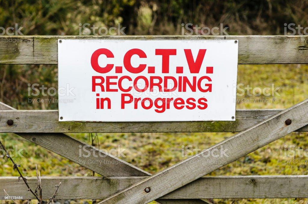 Melden Sie sich auf ein hölzernes Tor, Beratung von Öffentlichkeit, die CCTV Aufzeichnung ausgeführt wird – Foto
