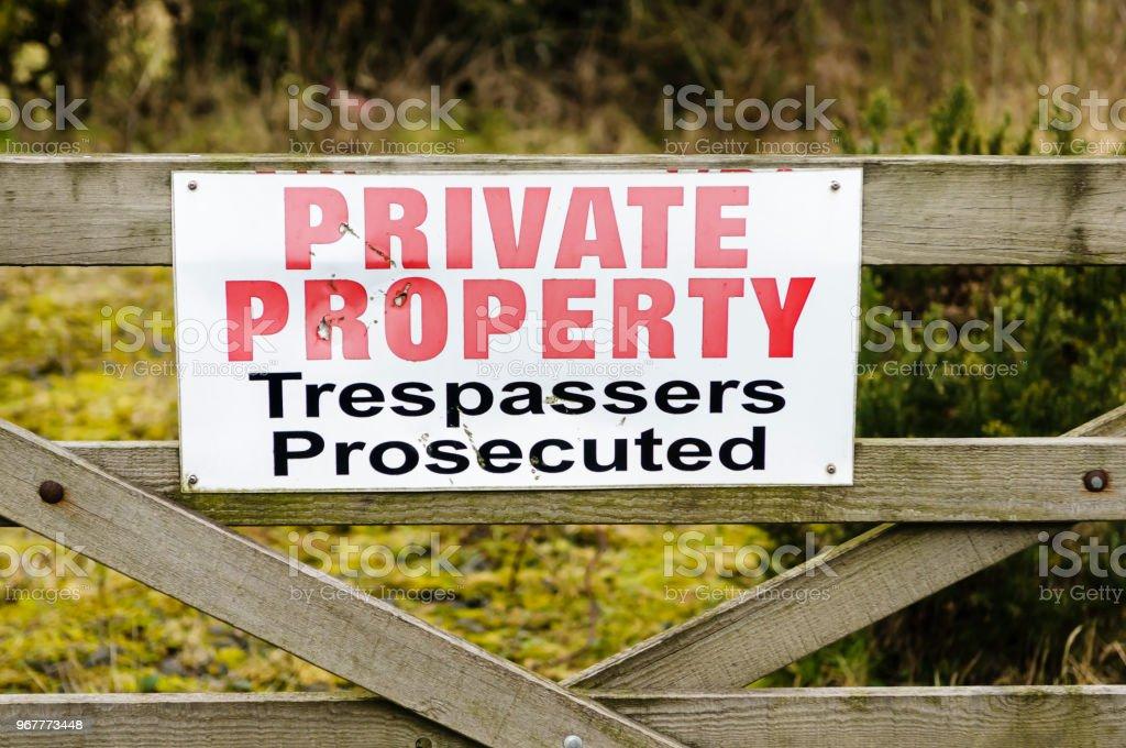 Melden Sie sich auf ein hölzernes Tor Beratung öffentlich, dass dies Privatbesitz ist und Eindringlinge werden strafrechtlich verfolgt – Foto