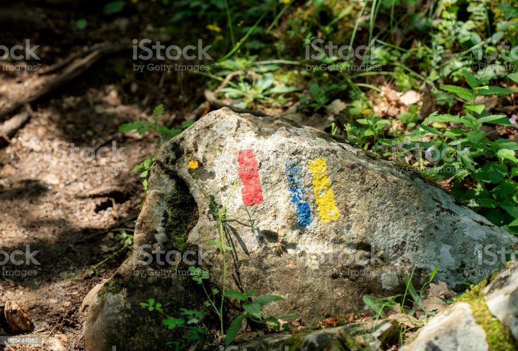 sign on the rock for hikers zbiór zdjęć royalty-free