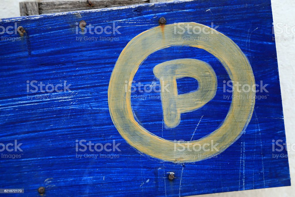 P sign Parking guidepost on blue grungy wood photo libre de droits